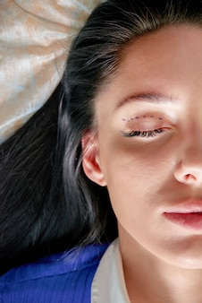 성형 외과 의사와 성형 수술 전에 교정 라인을 가진 젊은 여자, 눈에 선을 그리기