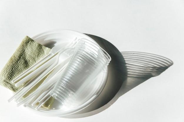 흰색 바탕에 플라스틱 식기