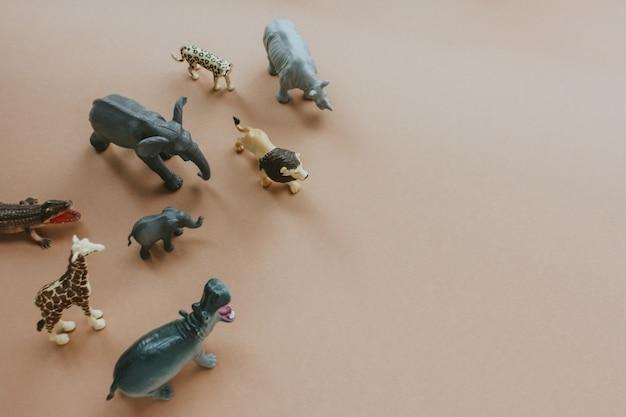 동물의 플라스틱 장난감 인물. 자연 보호의 개념.