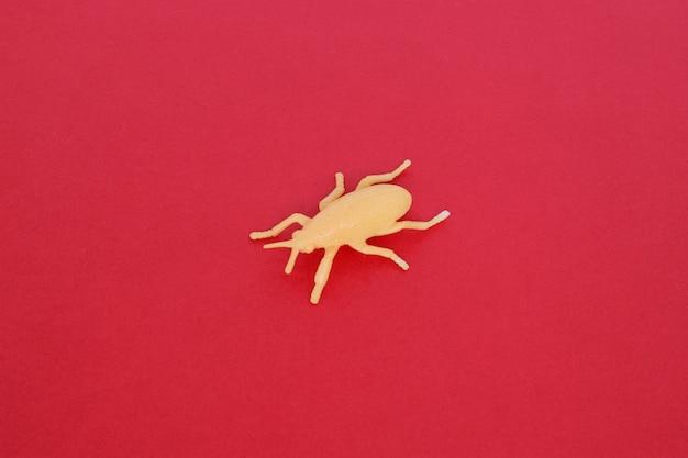 プラスチックのおもちゃの昆虫-ベージュのカブトムシやダニ、分離、クローズアップ。
