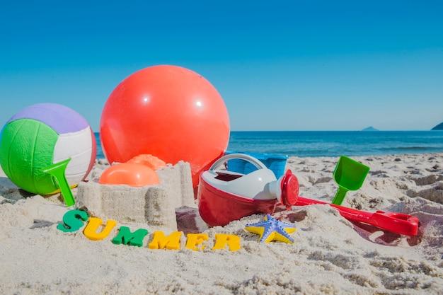 모래에 플라스틱 장난감 및 공