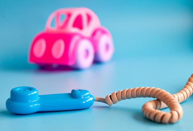 Пластиковые игрушки на синем для детей.