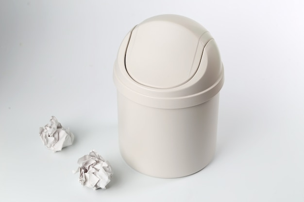 Пластиковый мусорный контейнер на белом фоне