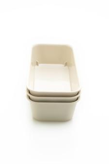 Пластиковый лоток или пластиковая коробка, изолированные на белом фоне