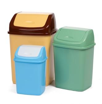 Пластиковый мусорный бак на белом