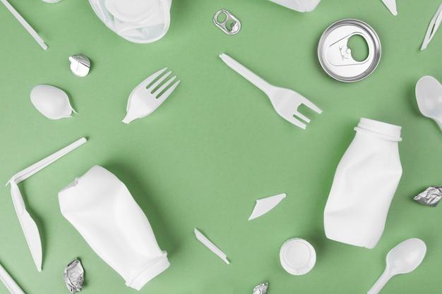 Сбор пластиковых отходов. концепция переработки пластика и экологии. плоская планировка, вид сверху