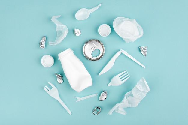 Сбор пластиковых отходов на синем