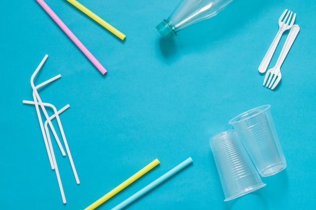Пластиковые отходы одноразовой посуды, фон экологического загрязнения