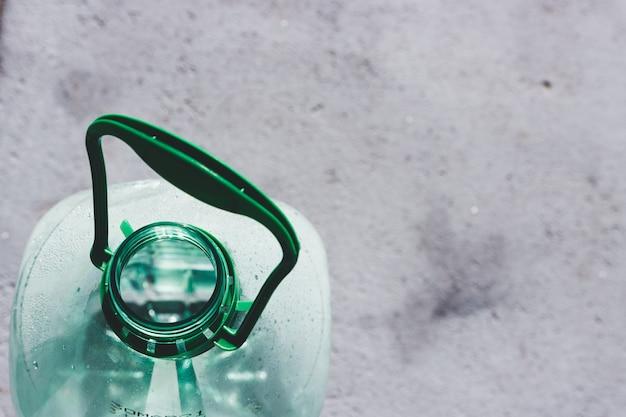 コンクリートにプラスチック製の水ボトル5l。