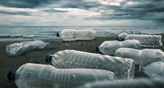 바다에서 플라스틱 물병 오염