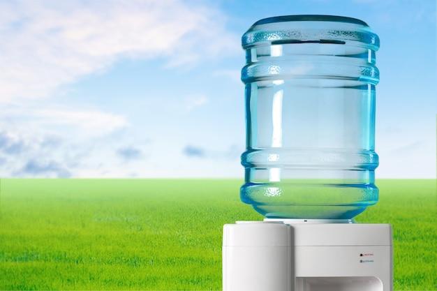 Пластиковый кулер для воды на фоне природы