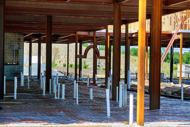 建設現場の砂地盤に敷設されたプラスチック水道管工業用パイプライン