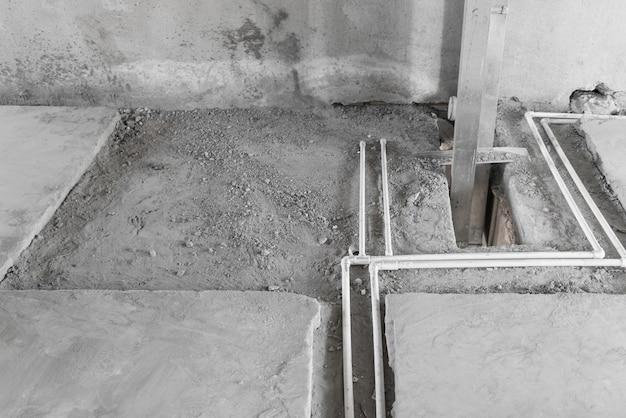 새 집 바닥에 플라스틱 수도관. 방의 기본 수리