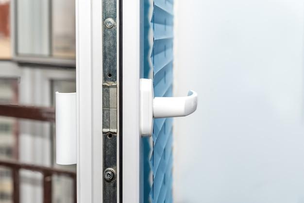 Пластиковая оконная деталь. пластиковая дверная рама открыть крупным планом.