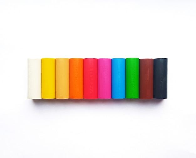 흰색 바탕에 다양 한 색상의 플라스 티 신 스틱