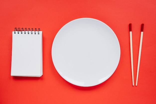 Пластина между записной книжкой и палочками для еды