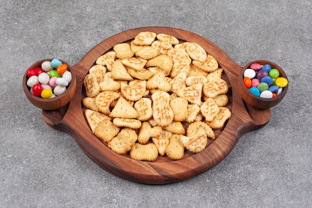 Piatto di biscotti e caramelle in ciotole di legno