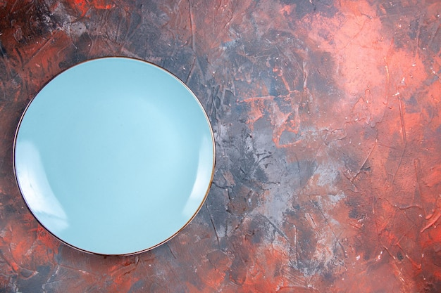 A plate blue plate on the left side of the red-blue table