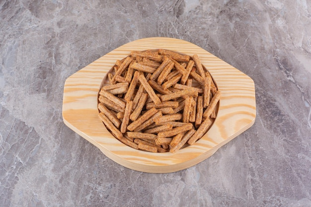 Plate of crispy crackers on marble background. high quality photo