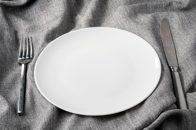 패브릭 옷 배경에 접시 포크 숟가락 명확 하 고 필드의 깊이없이