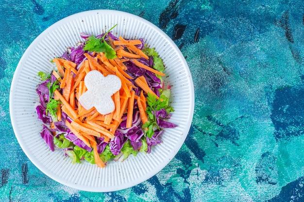 Un piatto di verdure varie fresche