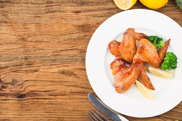 Un piatto di ali di pollo appena sfornate