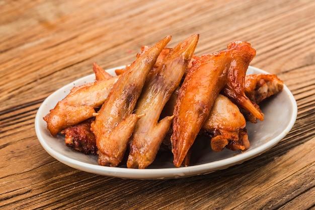 Un piatto di ali di pollo appena sfornate? punta di ala di pollo