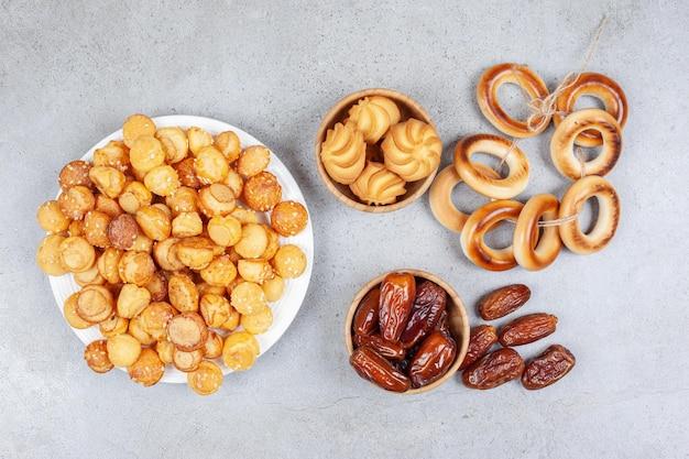 日付のボウル、クッキー、結ばれたスーシュカの横にクッキーでいっぱいのプレート。高品質の写真