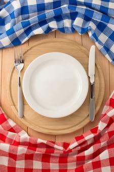 나무 배경 절단 보드에 접시, 나이프와 포크