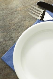 냅킨 천에 접시, 나이프 및 포크