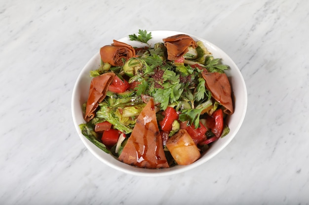 Тарелка лебанских закусок и заправок; средневосточные или арабские блюда и ассорти мезе.