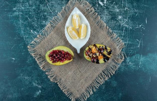 Piatto di limoni e macedonie su tela.