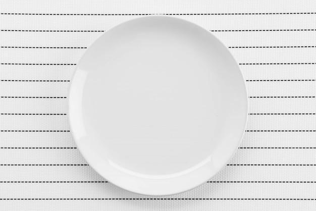 접시 포크와 나이프와 접시 매트