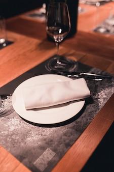 Piatto e tovagliolo sul tavolo del banchetto