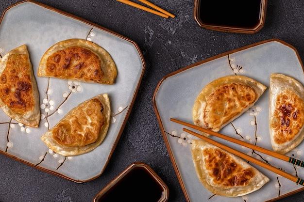 アジアの餃子のプレート、餃子の醤油でおやつ。