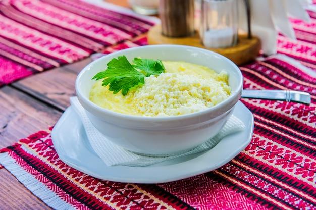 バノッシュ、伝統的なハンガリーの山の食べ物のプレート。