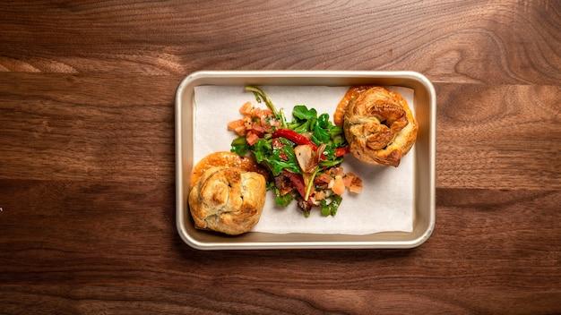 木製のテーブルの上のパンのプレート 無料写真
