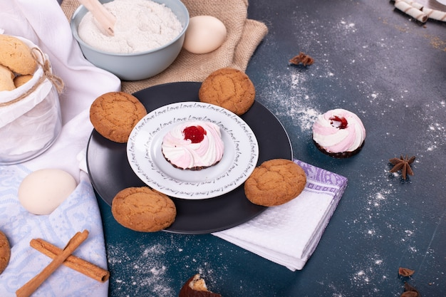 케이크와 비스킷 및 밀가루 접시