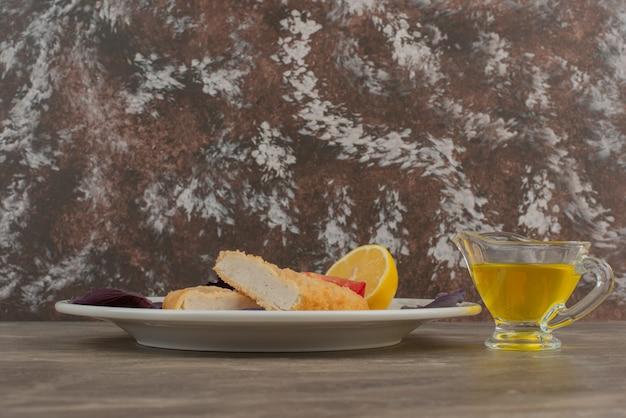 チキンナゲットとオイルのプレート。
