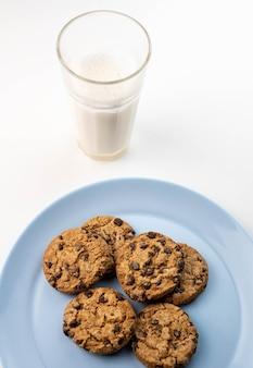 チョコチップクッキーのプレートとミルクのグラス