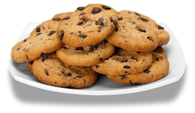 Тарелка шоколадного печенья, изолированные на белом фоне
