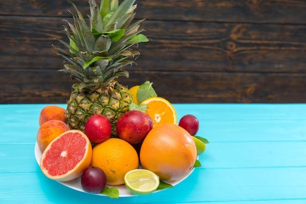 Тарелка красочных здоровых свежих тропических фруктов