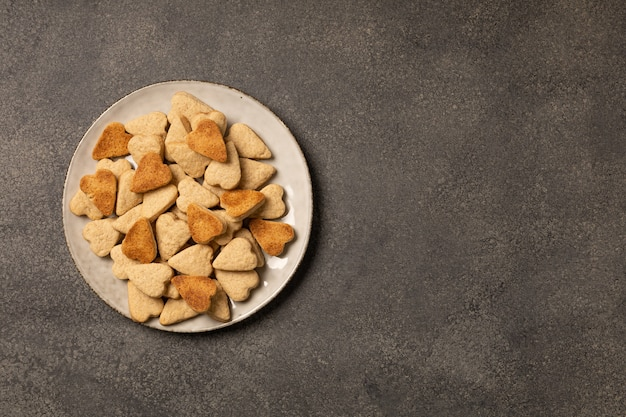 暗い背景にクッキーのプレート