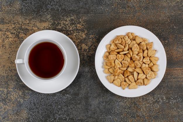大理石のクラッカーとお茶のプレート。