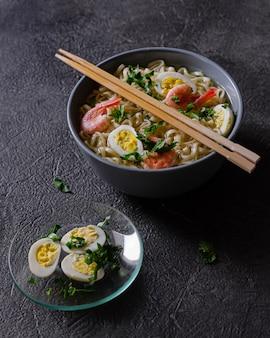 계란과 새우를 곁들인 맛있는라면 접시. 매운 아시아 요리. 풍성한 점심 식사를위한 좋은 아이디어