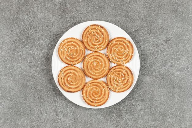 대리석 표면에 맛있는 둥근 비스킷 접시 무료 사진