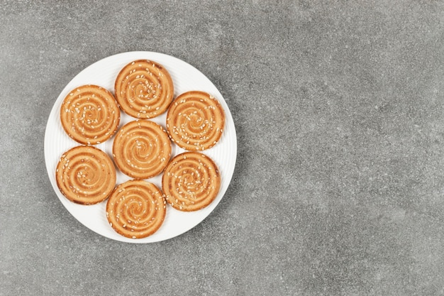 대리석 표면에 맛있는 둥근 비스킷 접시