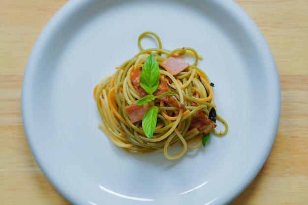 Тарелка вкусных вкусных домашних спагетти