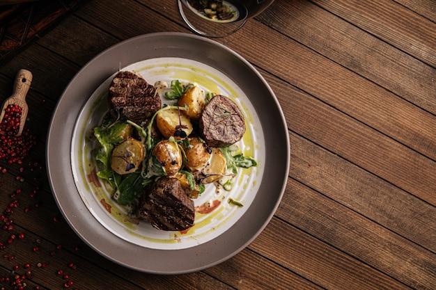 Тарелка стейка из филе миньон с картофелем