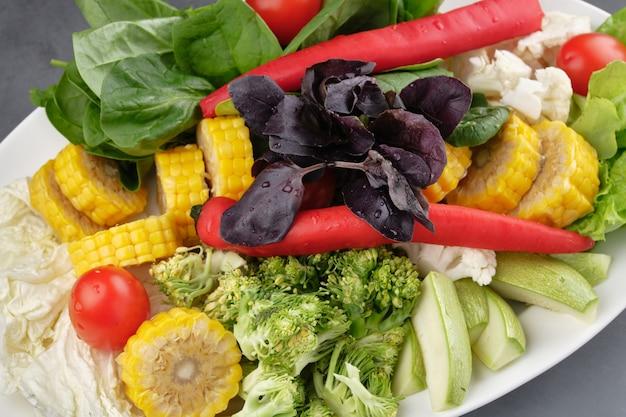 Тарелка свежих нарезанных овощей и зелени для приготовления тушенки китайской кухни